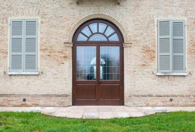 porta esterna in legno su campione